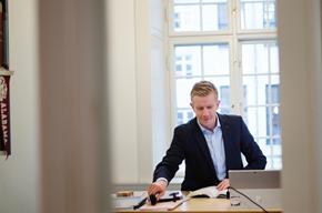Niels Dahl-Nielsen toimii Synch-asianajotoimiston juristina Kööpenhaminassa. Innovaatioihin ja tekniikkaan erikoistuneella toimistolla on ollut kiireiset ajat uuden GDPR-tietosuoja-asetuksen käyttöönoton edellä.